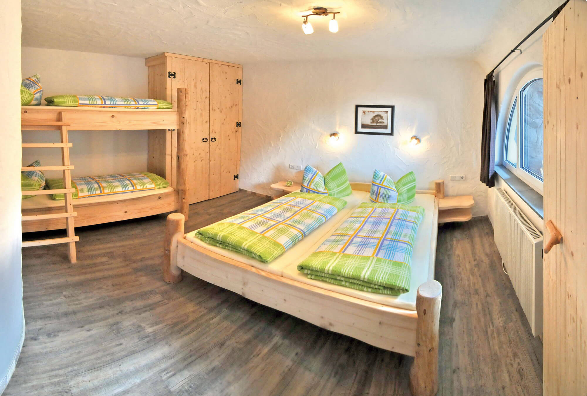 Die Zimmer Präsentieren Sich Als Moderne Wohn  Und Schlafräume Mit Viel  Holz, Doppelbetten Für Die Eltern, Etagenbett Für Die Kinder